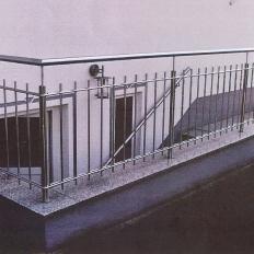 Geländer aus Edelstahl an einer Treppe
