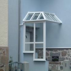 Vordach aus Aluminium mit Windschutz