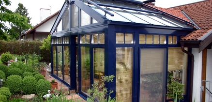 Ein mit dem Renovierungssystem behandelter Holzwintergarten