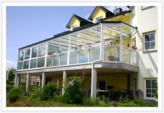 Terrassendach als Anbau an einen Wintergarten
